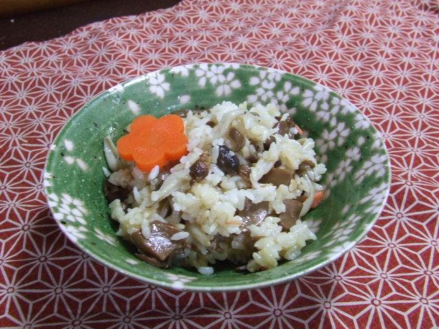 土鍋で塩鮭きのこご飯_f0019498_1733384.jpg