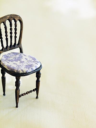 miniaure* 椅子  アンティークファブリックと、レリーフ_e0172847_09435847.jpg