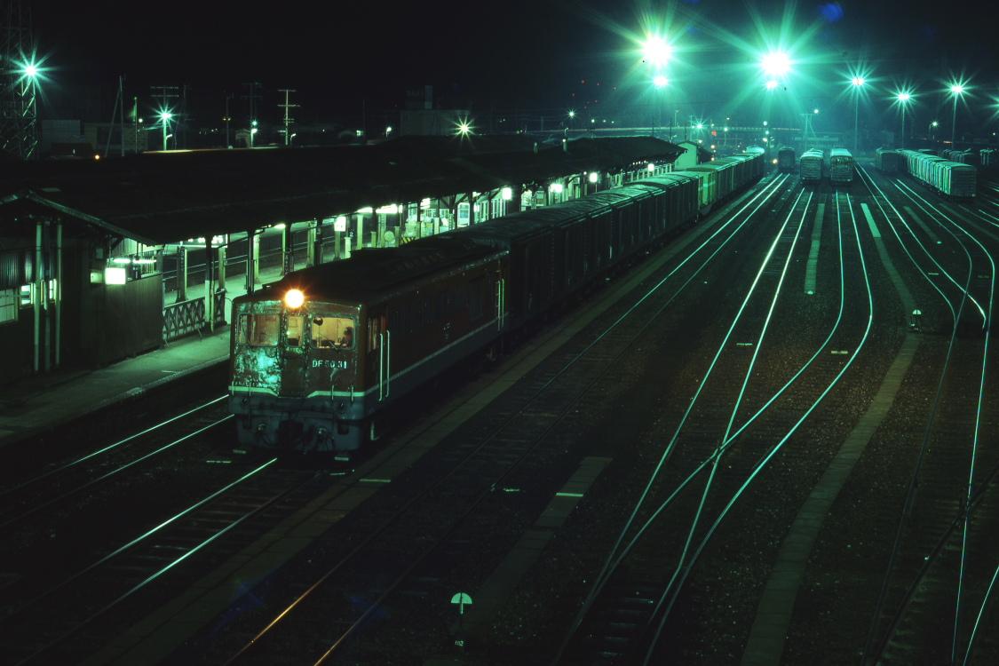 夜の駅に貨車や赤い機関車がたくさん止まっていた頃  _b0190710_23275571.jpg