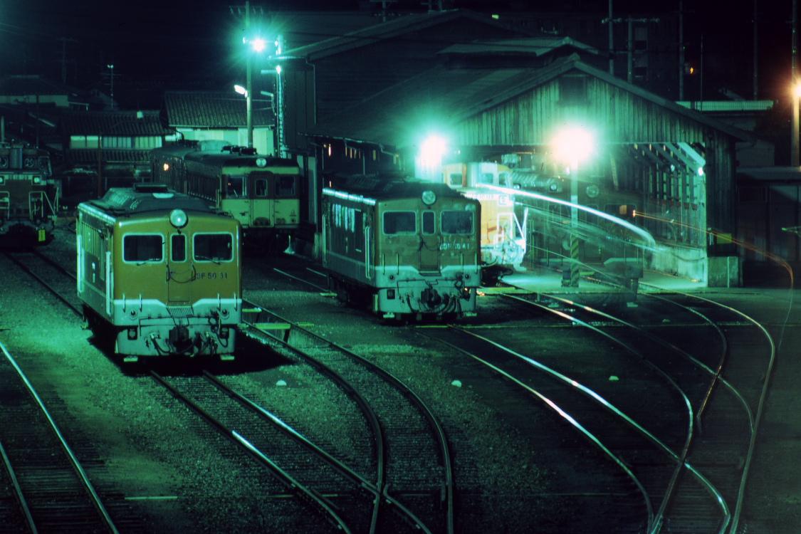夜の駅に貨車や赤い機関車がたくさん止まっていた頃  _b0190710_23281753.jpg