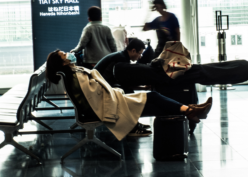 爆睡お姉さん/羽田空港国際線ロビー_d0214541_20231461.jpg