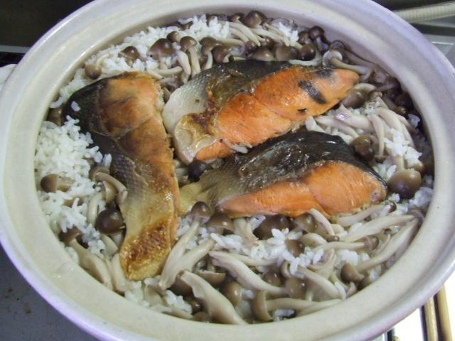 土鍋で塩鮭しめじ炊き込みご飯_f0019498_16425411.jpg