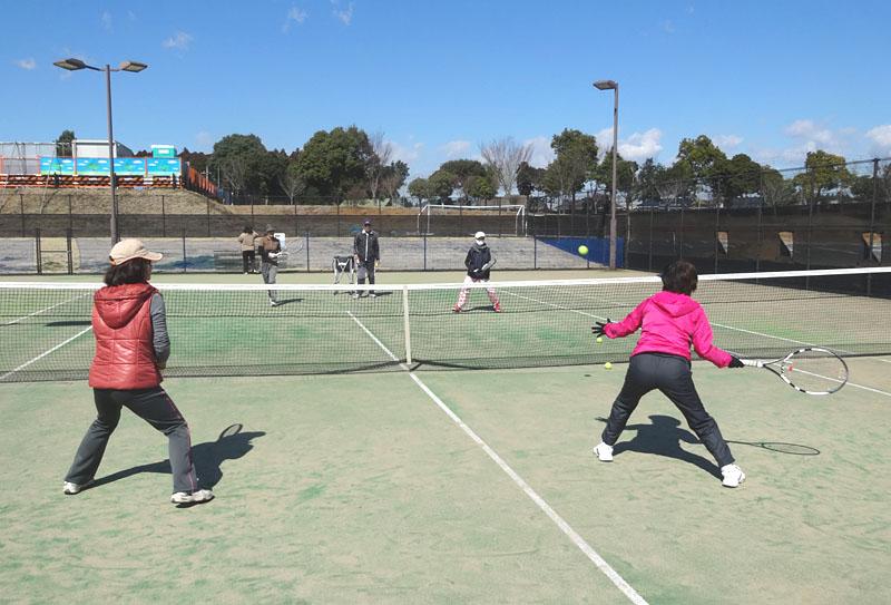2年目を迎えた、シニアテニスクラブの実戦練習_b0114798_1659113.jpg
