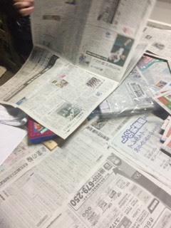 しんぶんしのお酒の出荷のために新聞紙ばらし_d0007957_00405635.jpg