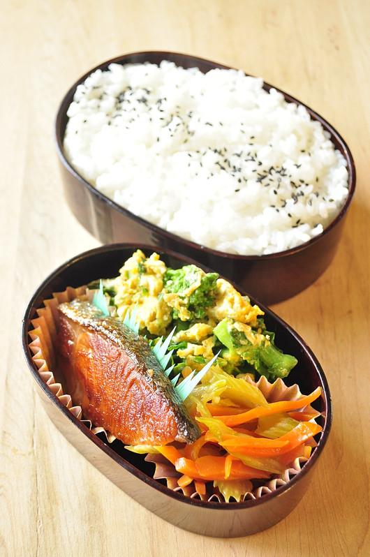 鮭と菜の花のお弁当_b0171098_8112053.jpg