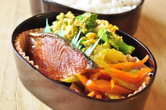 鮭と菜の花のお弁当_b0171098_8173813.jpg