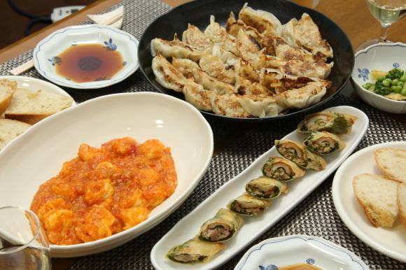 お休み前のおうちバルは、海老チリ&餃子です。_c0326245_09325007.jpg