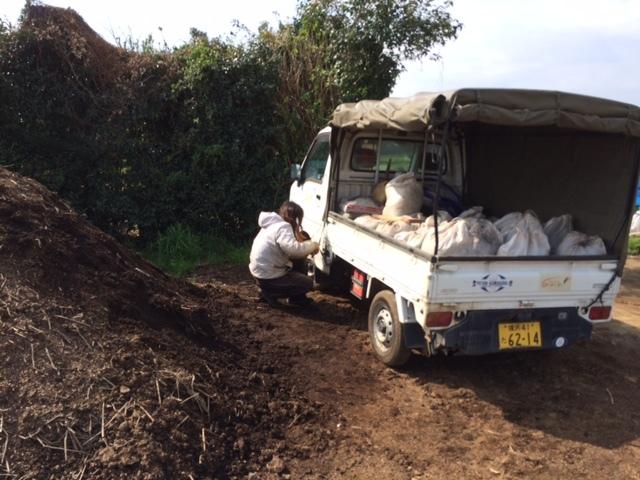 今日は ズッキーニ&トマト&ナス&パプリカの畝の堆肥を運び込みます _c0222448_12343968.jpg