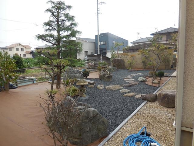 雑草対策の庭の完成_d0251191_1195679.jpg