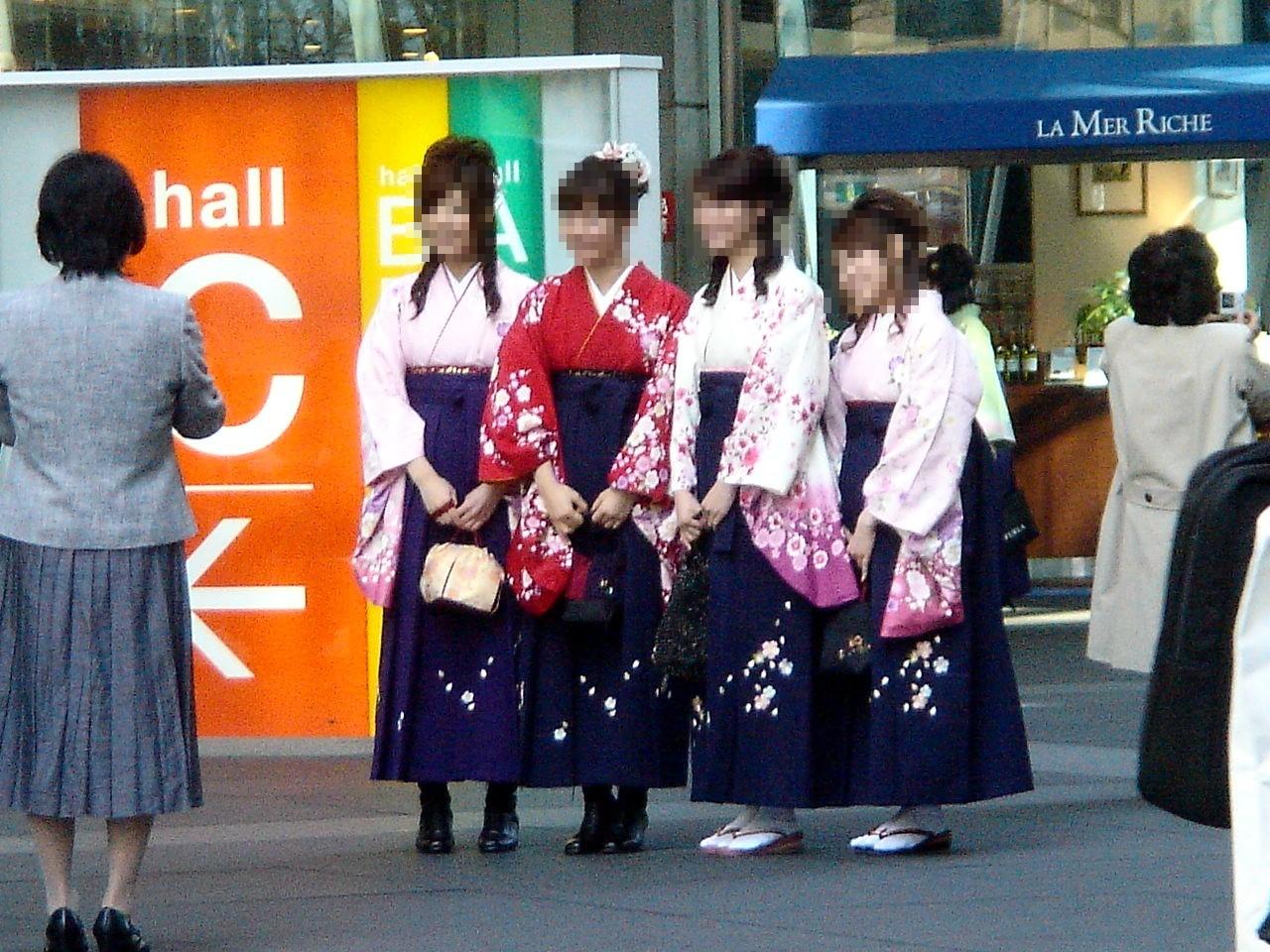 大学卒業式で、女子の姿が変わった!?:羽織袴にヒールが復活!?_e0171614_752126.jpg