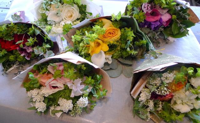 送別用の花束。女性用。6つ感じ変えて。東札幌の、送別会のお店にお届け。_b0171193_20022922.jpg