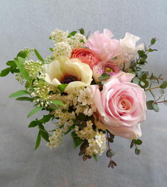 お礼用のアレンジメント。女性用。「春らしく」。南17条のお店にお届け。_b0171193_20060472.jpg