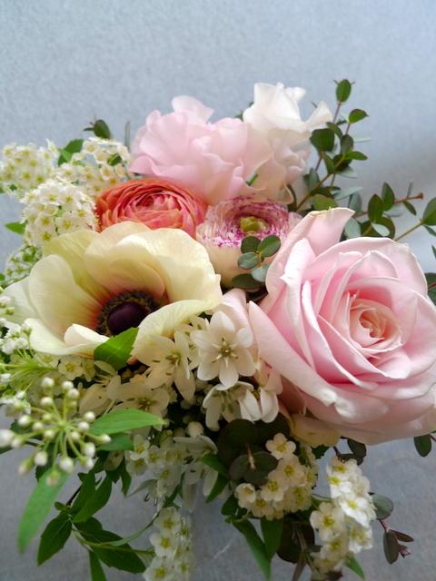 お礼用のアレンジメント。女性用。「春らしく」。南17条のお店にお届け。_b0171193_20061292.jpg