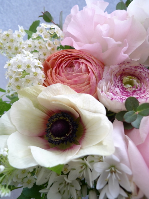 お礼用のアレンジメント。女性用。「春らしく」。南17条のお店にお届け。_b0171193_20061856.jpg