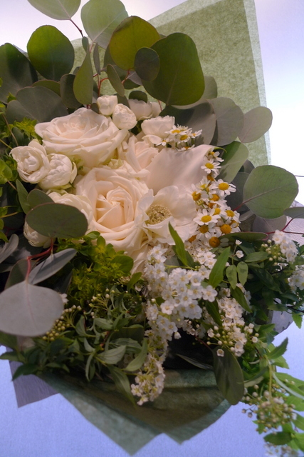 結婚のお祝い花束。「白系で」。_b0171193_20240082.jpg