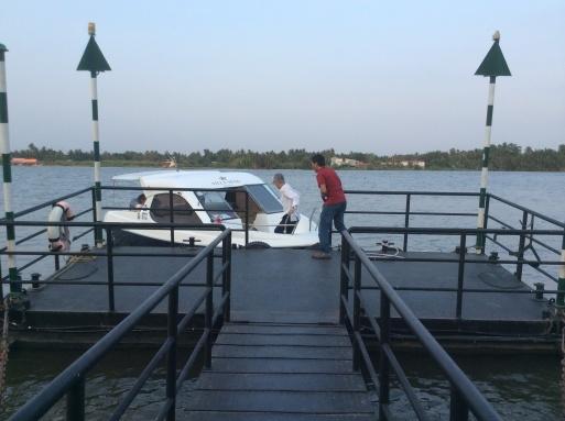 ボートで街に繰り出しましょう〜!_b0210699_03195467.jpg