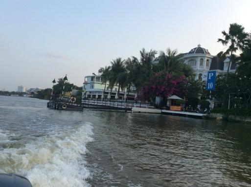 ボートで街に繰り出しましょう〜!_b0210699_03224608.jpg