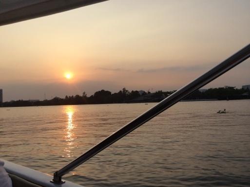 ボートで街に繰り出しましょう〜!_b0210699_03243644.jpg