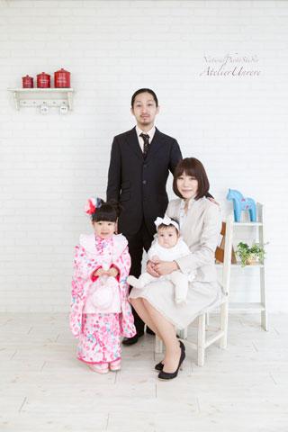 家族写真の服装で悩んでます。娘の1歳の誕生日にスタジオマリオで家... - Yahoo!知恵袋