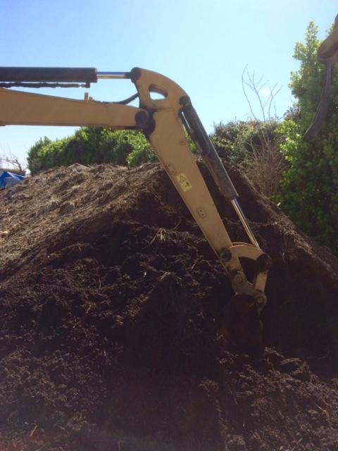 堆肥の攪拌と畑への運び入れ _c0222448_12290191.jpg