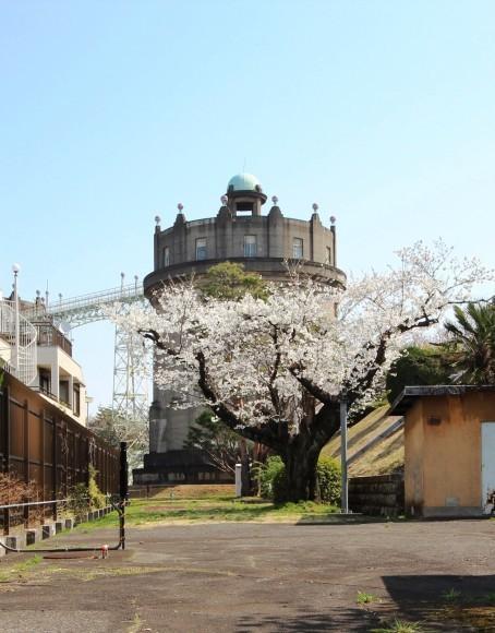 給水塔と桜_c0310571_05253678.jpg