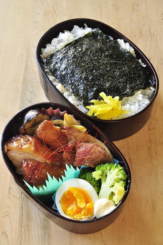 胡麻油醤油チキンのお弁当_b0171098_8583739.jpg