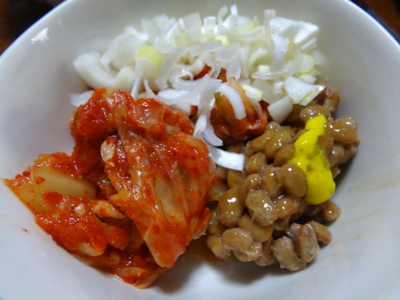 玉子焼き、茄子とピーマンの甘味噌炒め、キムチ納豆、天麩羅と饂飩、コールスロー、レトルトのカレーです。_c0225997_21364745.jpg