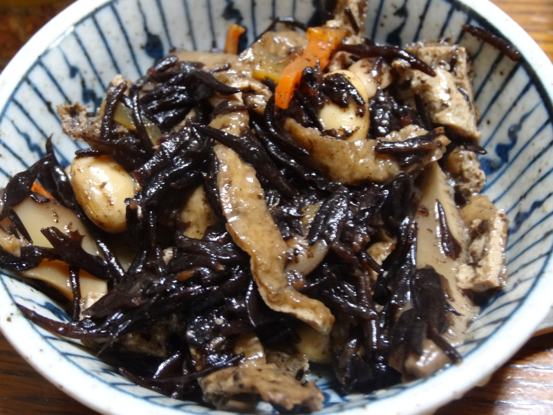 玉子焼き、茄子とピーマンの甘味噌炒め、キムチ納豆、天麩羅と饂飩、コールスロー、レトルトのカレーです。_c0225997_2138050.jpg
