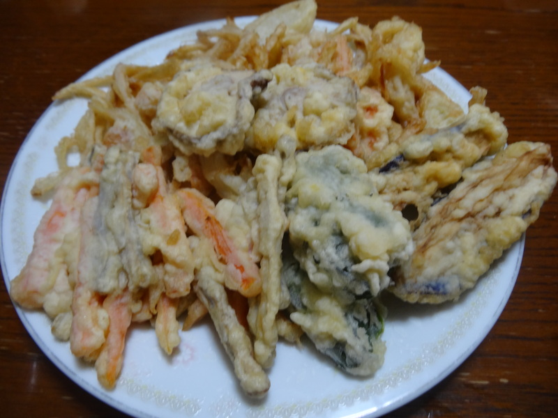 玉子焼き、茄子とピーマンの甘味噌炒め、キムチ納豆、天麩羅と饂飩、コールスロー、レトルトのカレーです。_c0225997_21501548.jpg