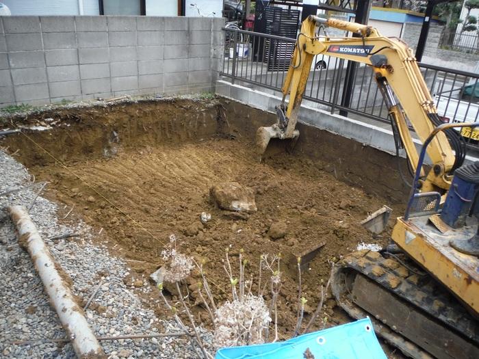 2台分の駐車場 ~ 解体、掘削_d0165368_1763829.jpg