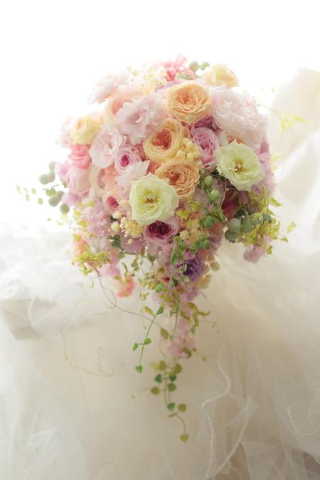 3シェアのセミキャスケードブーケ 八芳園様へ 春の盛りに_a0042928_22151743.jpg