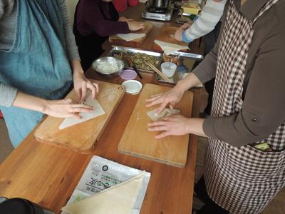 森カフェさんでの出張レッスン第二回。春巻き、酸辣湯、丸麦サラダを作りました。_b0252363_18523263.jpg