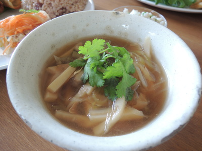 森カフェさんでの出張レッスン第二回。春巻き、酸辣湯、丸麦サラダを作りました。_b0252363_19154757.jpg