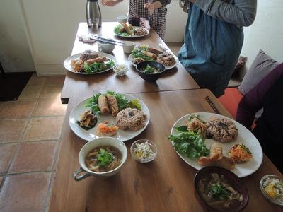 森カフェさんでの出張レッスン第二回。春巻き、酸辣湯、丸麦サラダを作りました。_b0252363_191682.jpg