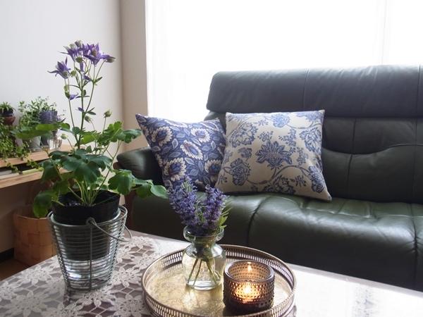 上級者向き!重厚感のあるソファーには、コントラストの効いた色やヨーロッパ装飾風のリッチ感を