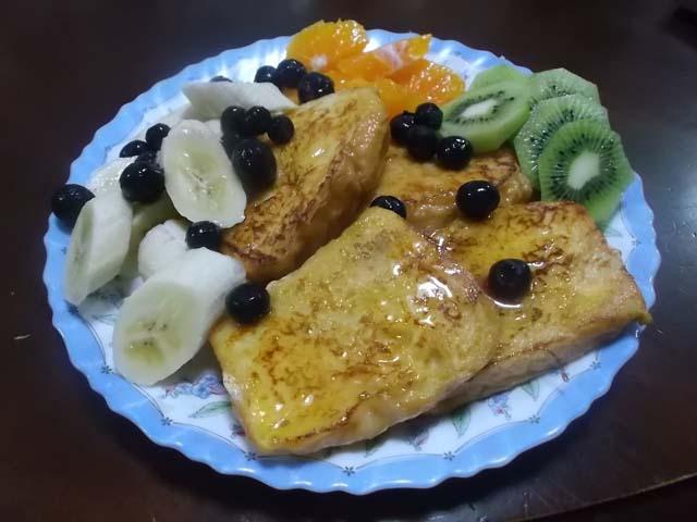 フルーツいっぱいフレンチトーストの朝食_f0019498_691995.jpg