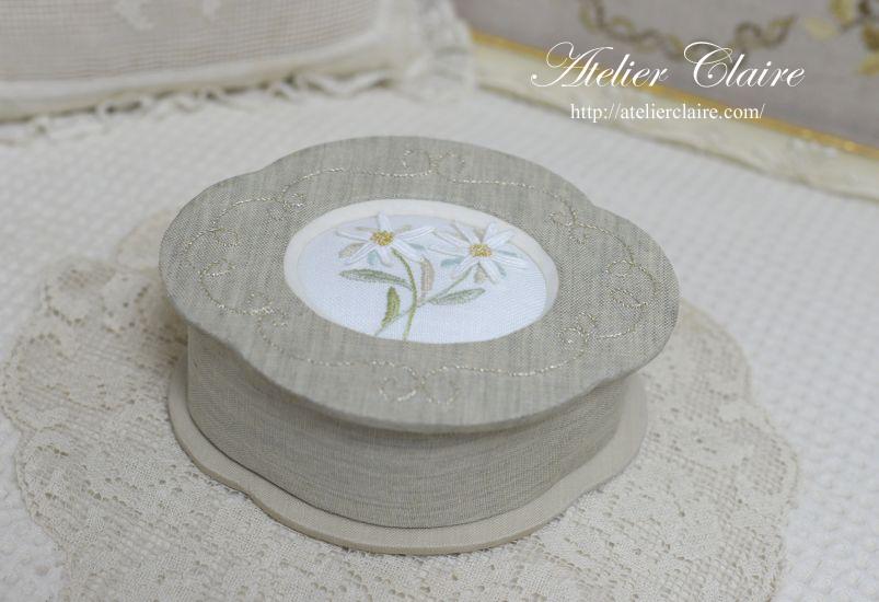 花刺繍のカルトナージュ~エーデルワイスの小箱~_a0157409_14521678.jpg