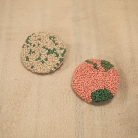 家次久仁子さんの玉留め刺繍ブローチ、シロツメクサ、れんげ_b0322280_15194153.jpg