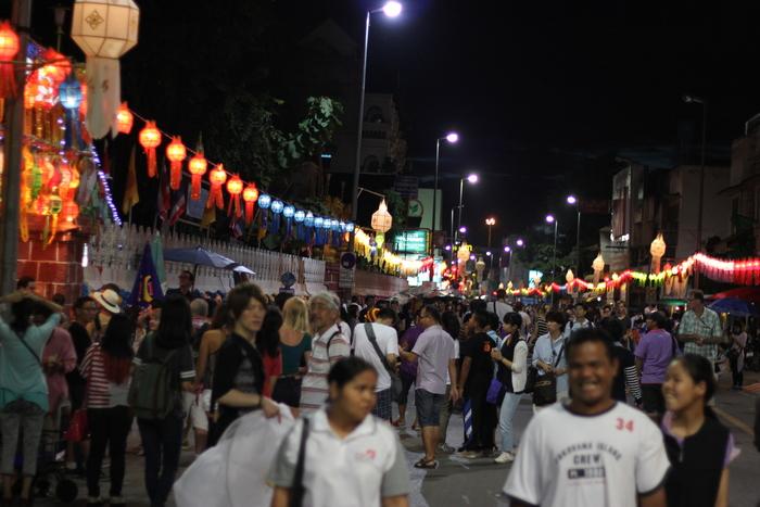 ロイクラトン 祭り チェンマイ 夜のお寺_e0141982_5433528.jpg