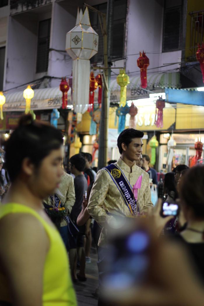 ロイクラトン 祭り チェンマイ 夜のお寺_e0141982_5462690.jpg