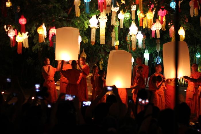 ロイクラトン 祭り チェンマイ 夜のお寺_e0141982_622059.jpg