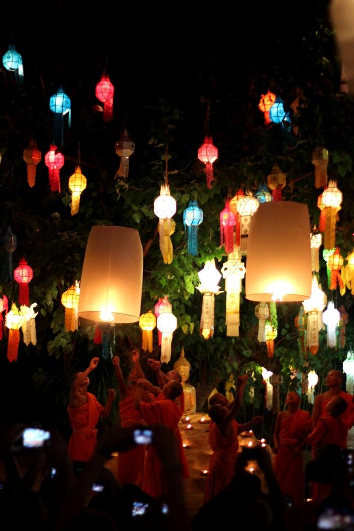 ロイクラトン 祭り チェンマイ 夜のお寺_e0141982_624314.jpg