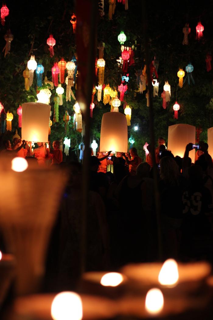 ロイクラトン 祭り チェンマイ 夜のお寺_e0141982_635390.jpg