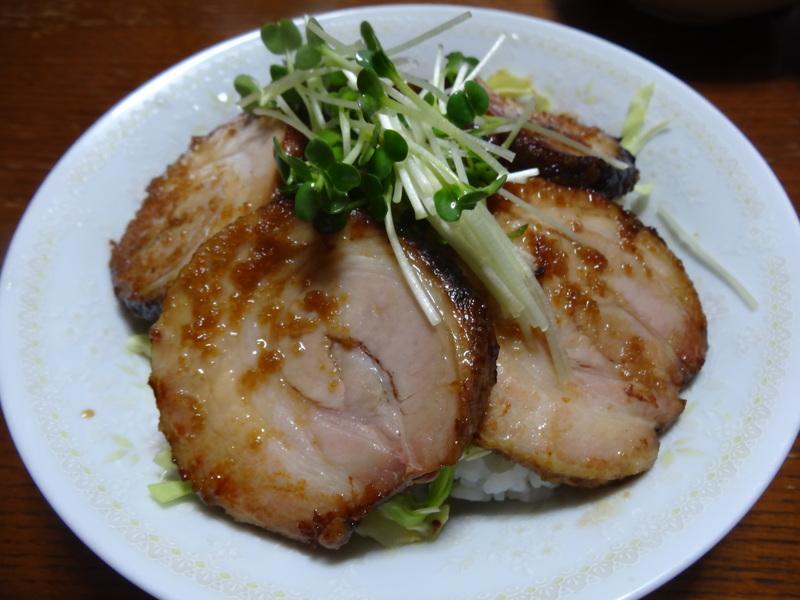 窯焼き叉焼丼、厚揚げの煮物、春雨と野菜の炒め物、烏賊の西京味噌漬けです。_c0225997_2211117.jpg
