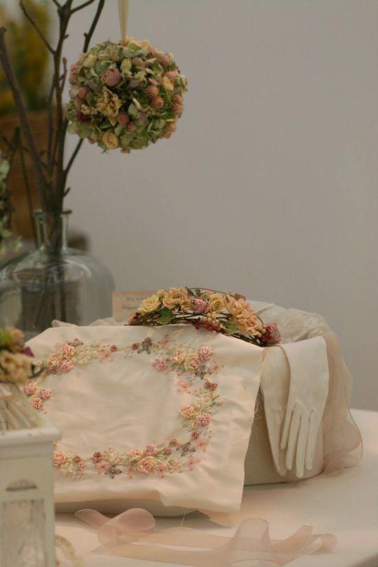 マリアージュの為のしあわせ色の刺繍~フラワーアレンジと共に~_a0157409_09574446.jpg