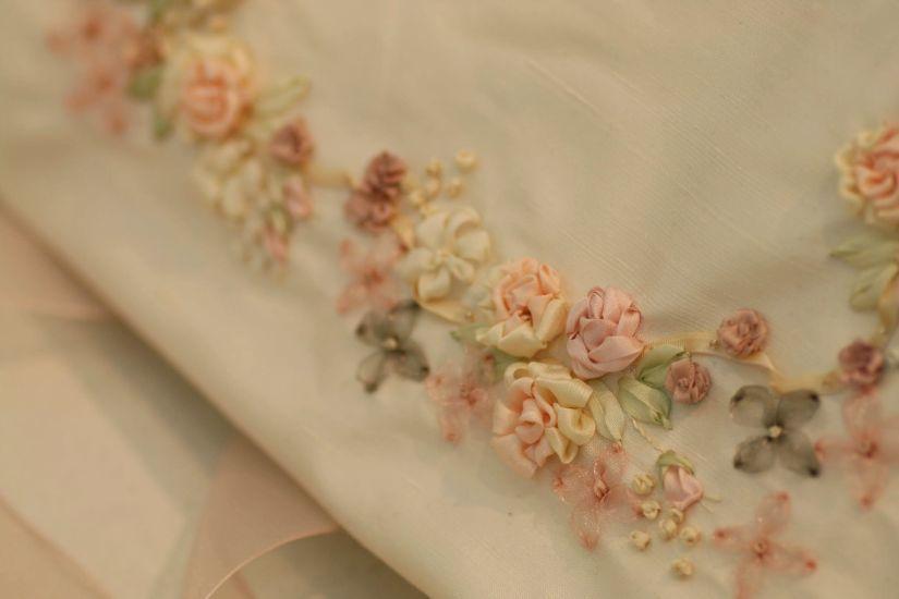 マリアージュの為のしあわせ色の刺繍~フラワーアレンジと共に~_a0157409_09591913.jpg