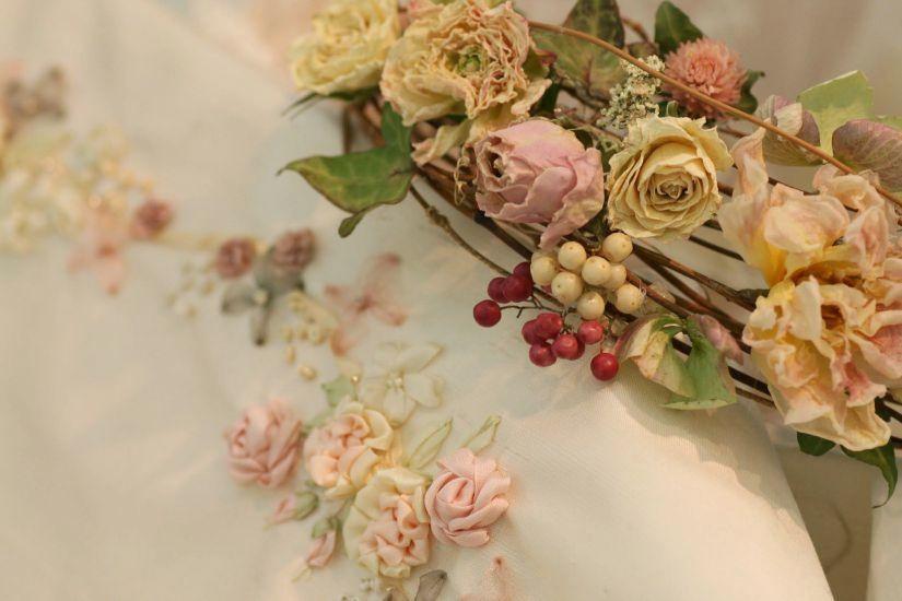 マリアージュの為のしあわせ色の刺繍~フラワーアレンジと共に~_a0157409_09593389.jpg