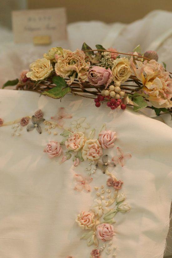 マリアージュの為のしあわせ色の刺繍~フラワーアレンジと共に~_a0157409_09595605.jpg