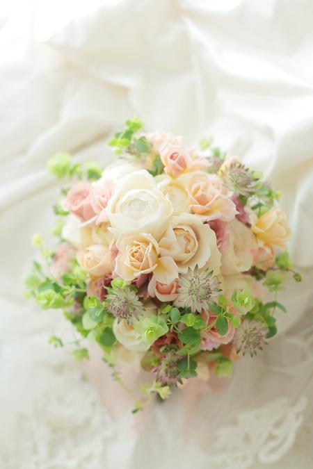 クラッチブーケ 八芳園様へ  ベージュのバラとグリーンで  彩(あや)といおりとフェアビアンカ_a0042928_2217177.jpg