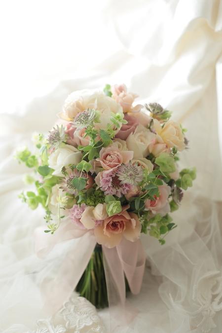 クラッチブーケ 八芳園様へ  ベージュのバラとグリーンで  彩(あや)といおりとフェアビアンカ_a0042928_22172245.jpg